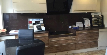 Technistone-quartz-brown-mirror-display